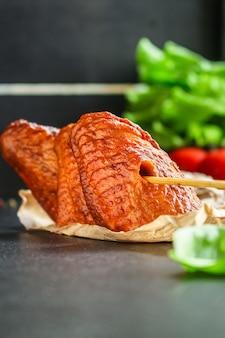 Hühnerflügel rauchten gebratenes fleischgrill
