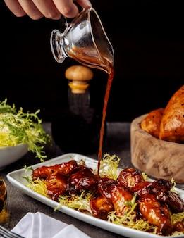 Hühnerflügel unter barbecue-sauce
