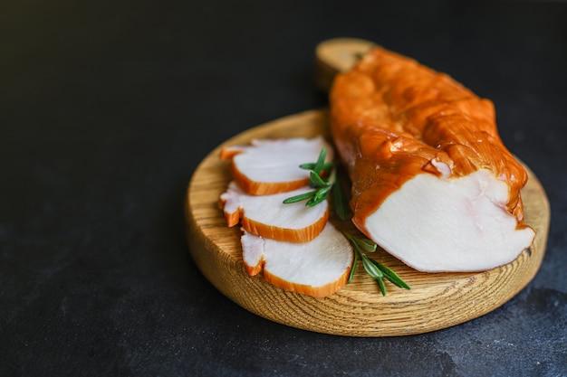 Hühnergeräucherte fleischbrust oder putenportion, die essen serviert