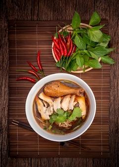 Hühnernudeln mit schwarzer suppe.