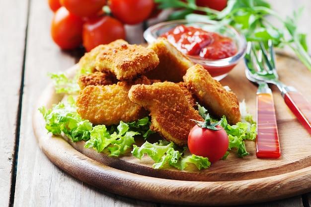 Hühnernuggets auf dem holztisch