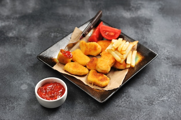 Hühnernuggets mit pommes-frites, tomatenketchup