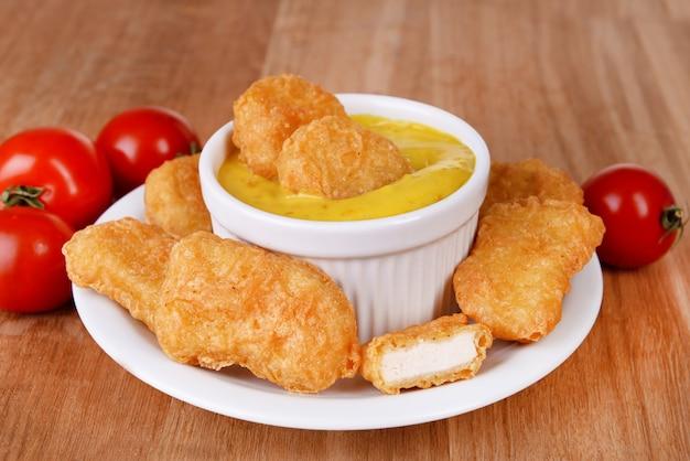 Hühnernuggets mit soße auf tischnahaufnahme