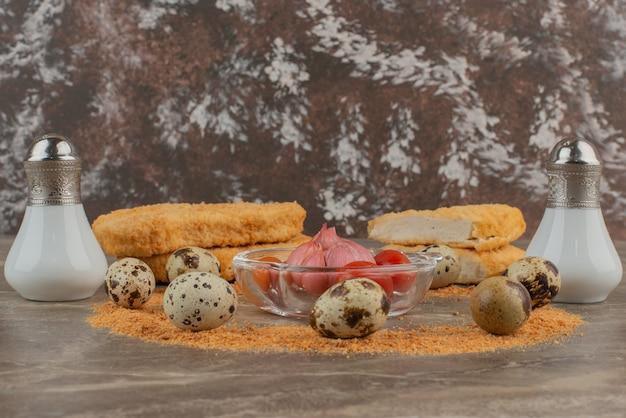 Hühnernuggets mit tomaten, knoblauch, salz und pfeffer