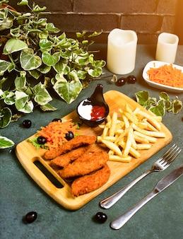Hühnernuggets nach kfc-art mit pommes frites, mayonnaise, ketchup und gemüsesalat