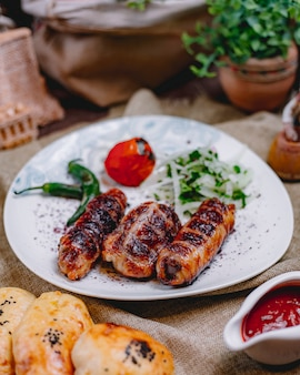 Hühnerrolle kebab tomaten zwiebel grün pfeffer seitenansicht