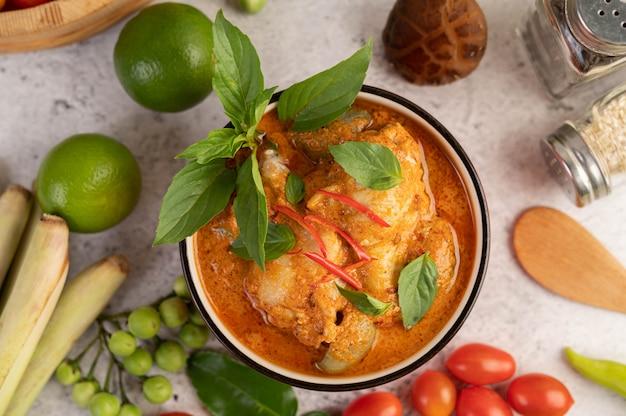 Hühnerrotes curry in einer schwarzen tasse