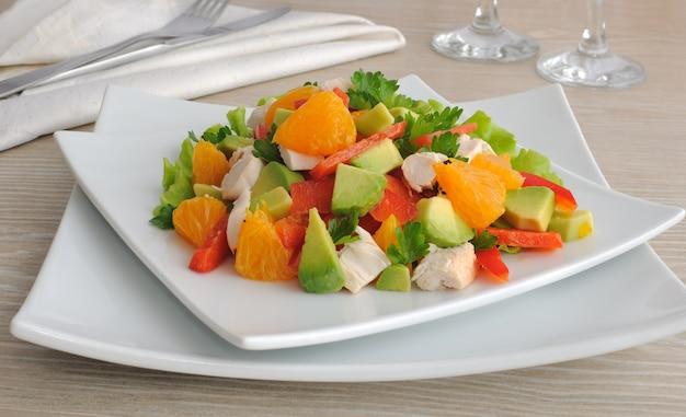 Hühnersalat mit avocado, paprika und orange