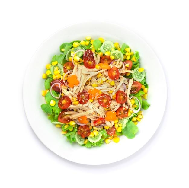 Hühnersalat mit gemischtem gemüse sesam darüber streuen