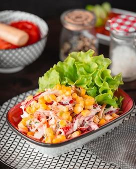 Hühnersalat mit gemüse und mayonnaise