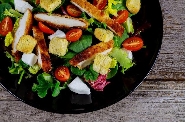 Hühnersalat mit kirschtomaten und gesundem mahlzeitabschluß des kopfsalatlebensmittels oben.