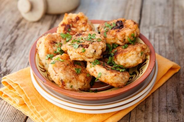 Hühnerschnitzel. hausgemachtes essen. gesundes essen kochen. rustikales brett.