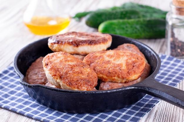 Hühnerschnitzel in der pfanne. gesundes essen Premium Fotos