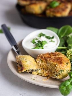Hühnerschnitzel mit brokkoli, spinat und sauerrahmsauce