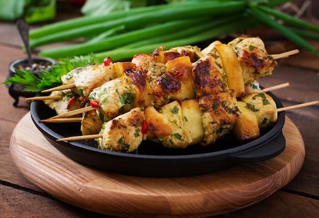 Hühnerspieße mit apfelscheiben und chili
