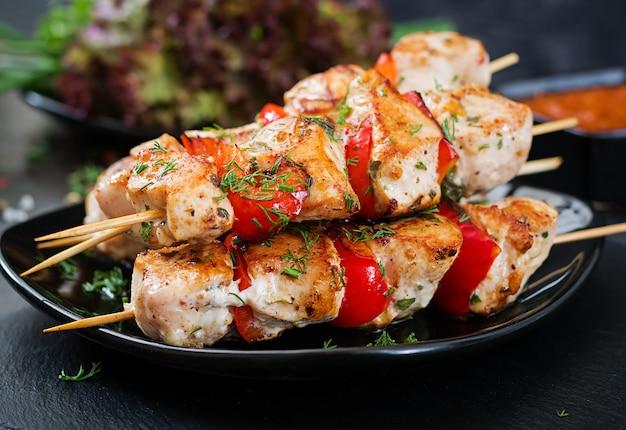 Hühnerspieße mit paprika und dillscheiben. leckeres essen. wochenendessen.