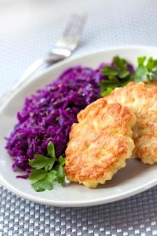 Hühnerstückchen und gedünsteter rotkohl mit kümmel