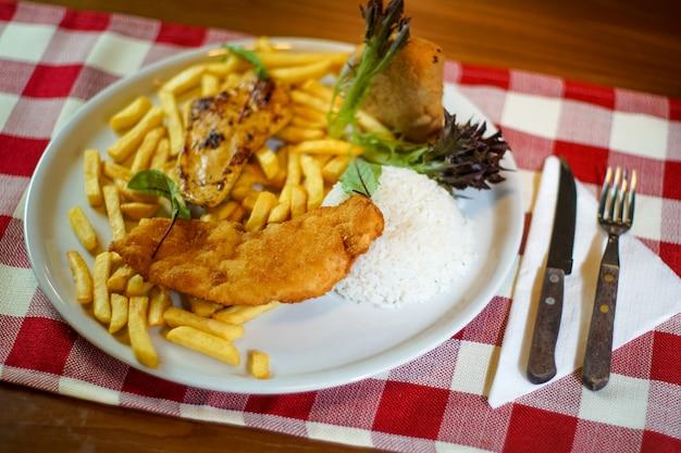 Hühnerteller auf einer restauranttabelle