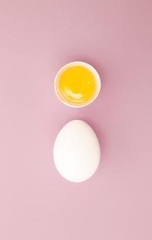 Hühnerweißes ei mit rohem eigelb. ansicht von oben