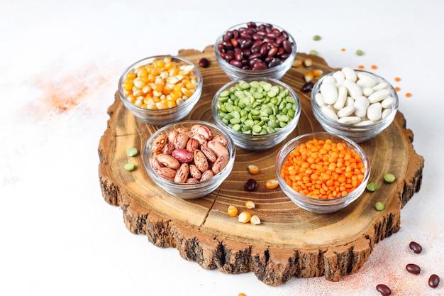 Hülsenfrüchte und bohnensortiment. gesundes veganes eiweißfutter.