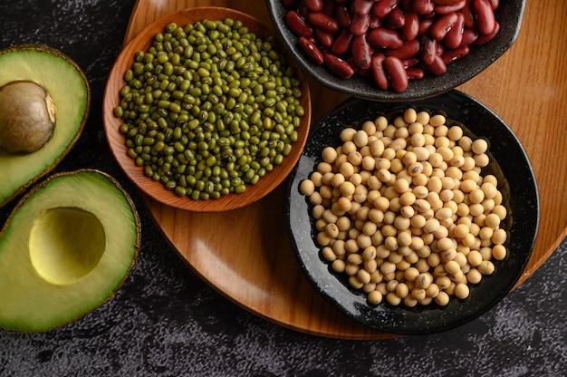 Hülsenfrüchte und obst auf einem schwarzen zementboden.