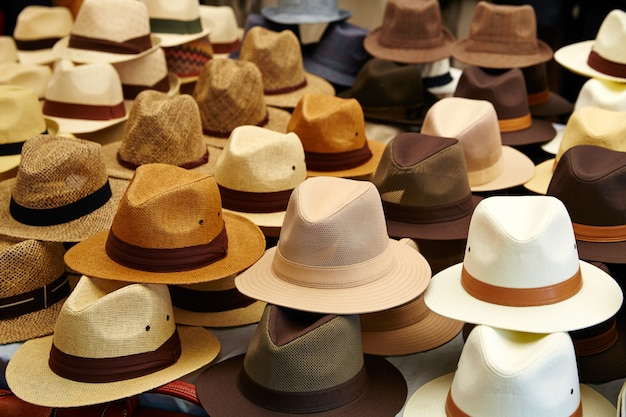 Hüte im outdoor-shop in reihen gestapelt