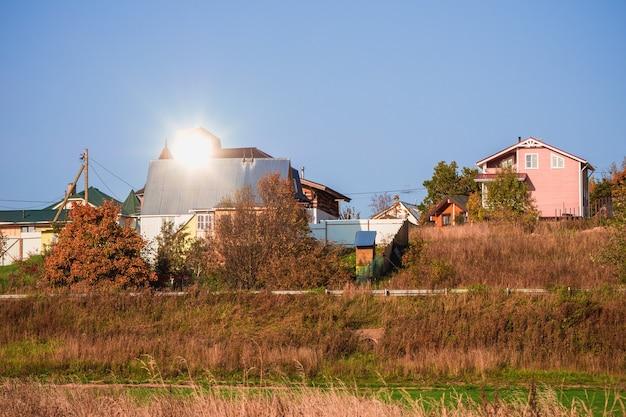 Hüttendorf. herbstansicht eines modernen häuschendorfes auf herbsthügel russland.