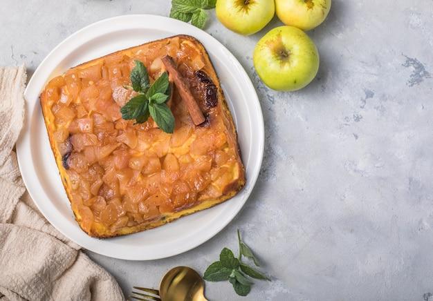 Hüttenkäse-auflauf mit äpfeln und zimt