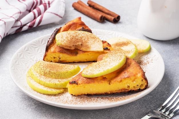 Hüttenkäse-auflauf mit äpfeln und zimtgewürzen.