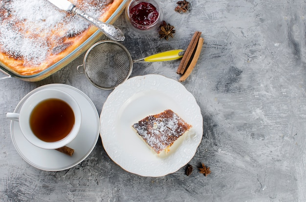 Hüttenkäse-auflauf. torte mit käse und tasse tee