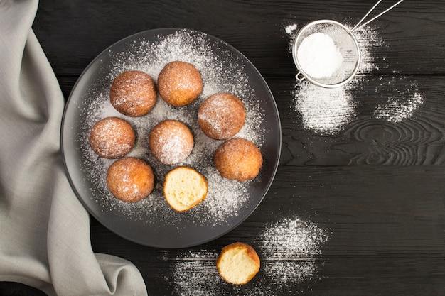 Hüttenkäse donuts auf dem schwarzen teller