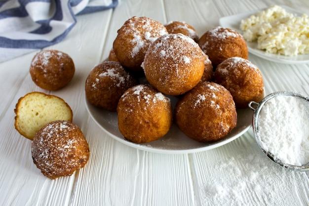 Hüttenkäse donuts in der weißen platte