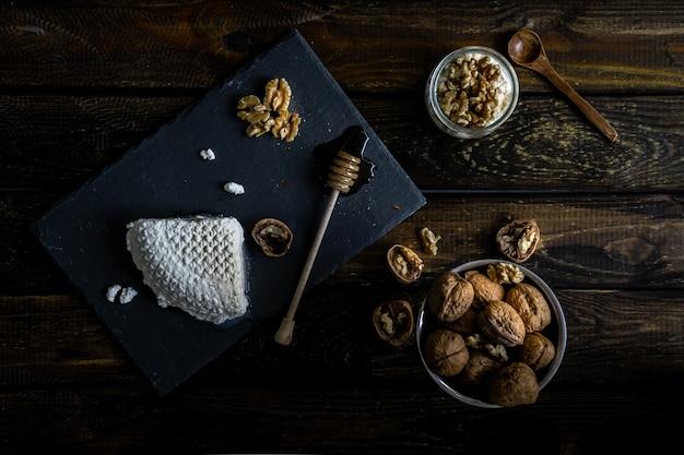 Hüttenkäse, honig und nüsse
