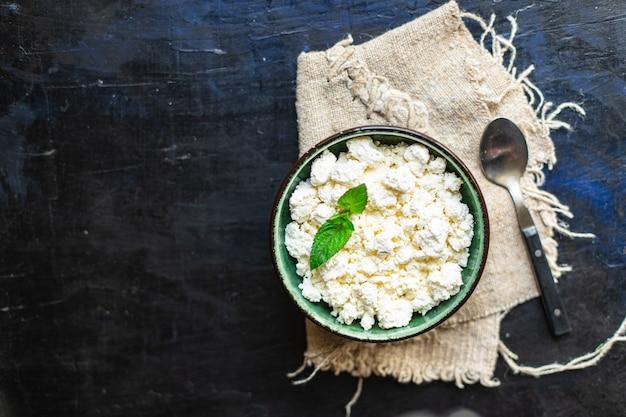 Hüttenkäse kuh- oder schafmilch auf dem tisch gesundes essen mahlzeit kopie raum essen rustikal