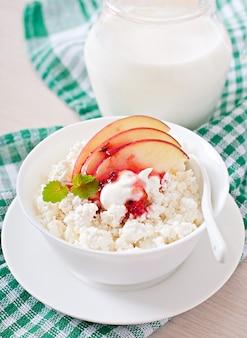 Hüttenkäse mit äpfeln und sauerrahm zum frühstück