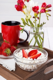 Hüttenkäse mit erdbeeren