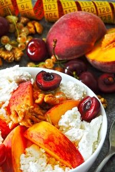Hüttenkäse mit obst. das konzept einer gesunden ernährung zur gewichtsreduktion. fitness frühstück. keto-diät. keto frühstück.