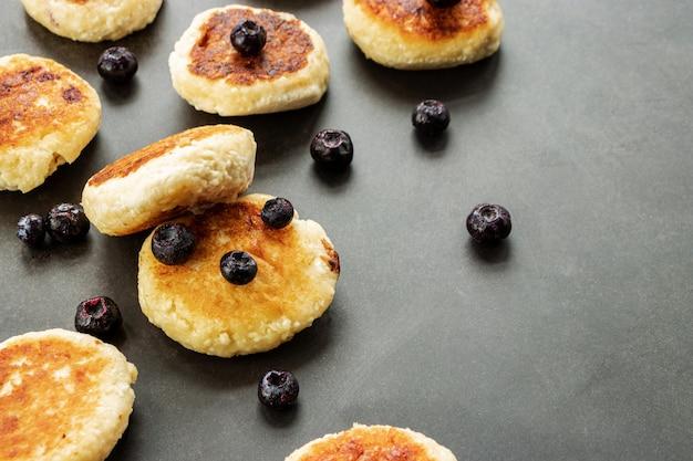 Hüttenkäse pfannkuchen mit blaubeeren nahaufnahme, mit platz für text