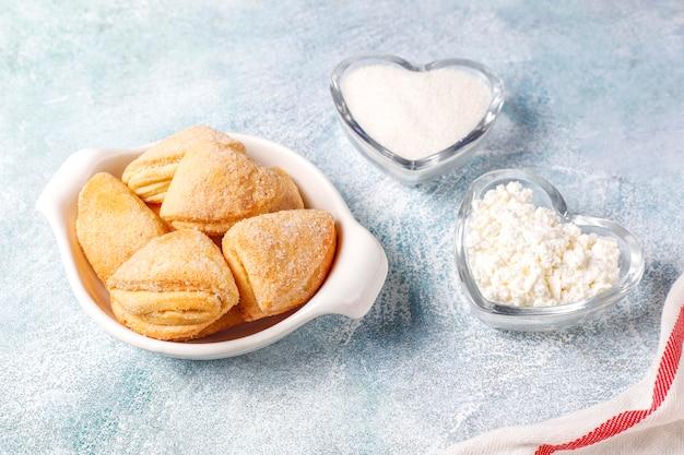 Hüttenkäse und zuckerkekse