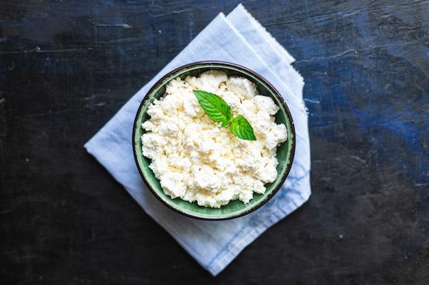 Hüttenkäse, ziegen- oder schafmilch auf dem tisch, gesundes essen, essen, kopienraum
