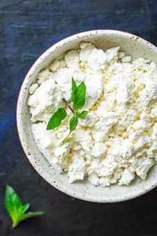 Hüttenkäse ziegen- oder schafmilch auf dem tisch gesundes essen mahlzeit kopie raum essen rustikal