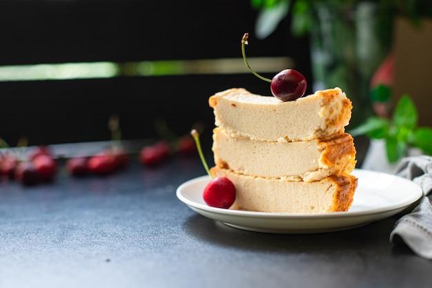 Hüttenkäseauflauf kuh- oder ziegenmilchkuchen auf dem tisch erster gang gesundes essen