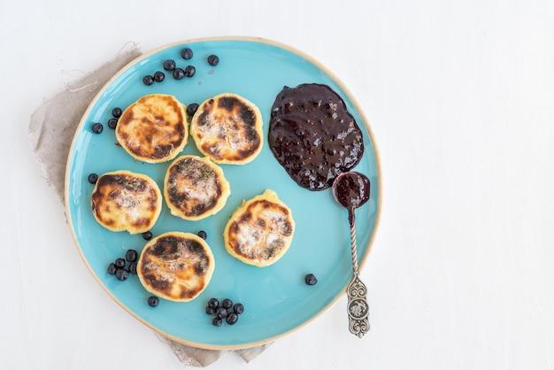 Hüttenkäsekuchen mit frischer blaubeer- und brombeermarmelade