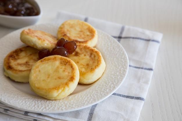 Hüttenkäsepfannkuchen, selbst gemachtes traditionelles ukrainisches und russisches syrniki. gesundes frühstück
