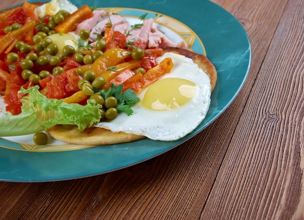 Huevos motulenos frühstücksessen in der stadt motul