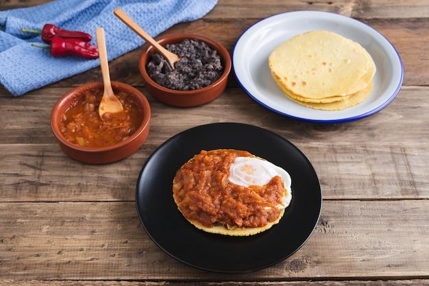 Huevos rancheros gericht, mexikanisches frühstück auf holzbasis. mexikanische küche. speicherplatz kopieren.
