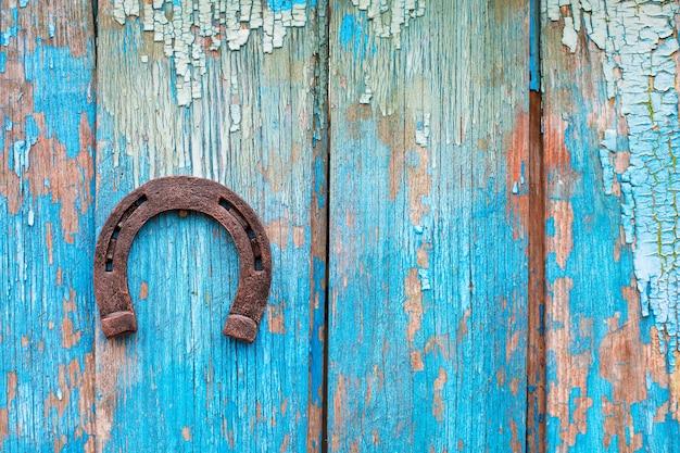 Hufeisen auf blauem hintergrund