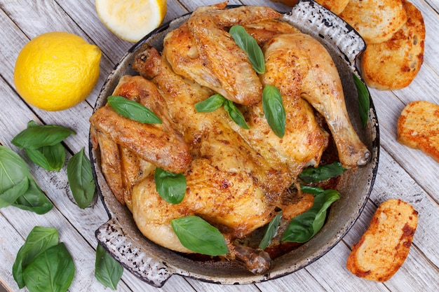Huhn auf brot mit kräutern und zitrone