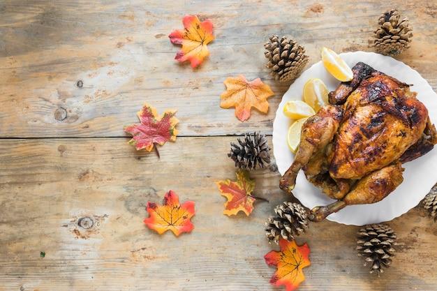 Huhn auf platte zwischen hindernissen und laub