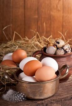 Huhn fnd wachteleier im korb auf holzoberfläche